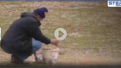 بالفيديو|| تنشيف المعلب بالإسفنجة.. مباراة كرة قدم في طرطوس تُلعب في الوحل والجمهور يحاول إنقاذ الموقف