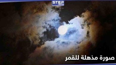 شاهد   في ظاهرة نادرة... القمر محاطاً بـ هالة متعددة الألوان