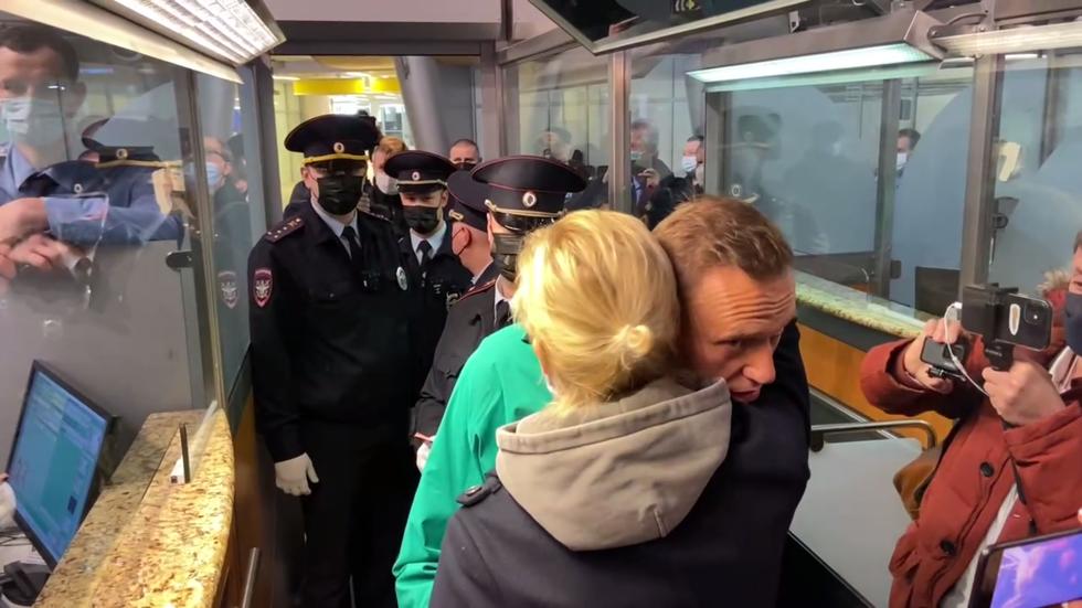 بالفيديو|| لحظة توقيف المعارض الروسي أليكسي نافالني في المطار.. ومطالبت دولية بالإفراج عنه