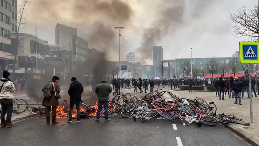 القرار الأوّل منذ الحرب العالمية الثانية.. مظاهرات وأعمال شغب بـ هولندا وإحراق دمية بهيئة فرديريكسن (فيديو)