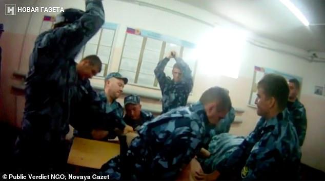 تسريب لقطات مروعة من داخل سجون روسيا.. سجناء جُردوا من ملابسهم وضربوا بالهرونات (صور)