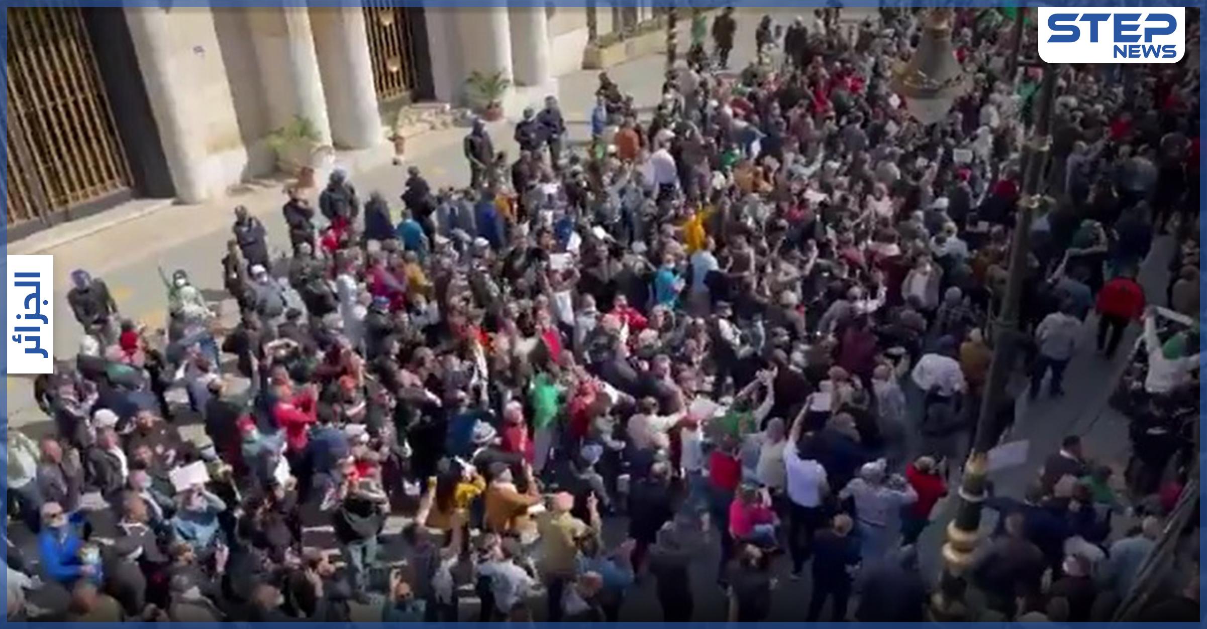بالفيديو    مشاهد مؤثرة.. إصابات بين متظاهرين في الجزائر بعد مواجهات عنيفة