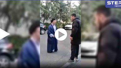 بالفيديو|| دمرتم مستقبلنا.. شاب يصفع رجل دين شيعي على وجهه وسط الطريق في إيران