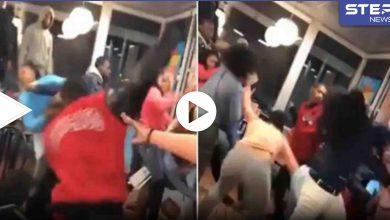 بالفيديو|| تضارب ومشاجرة جماعية بين فتيات وشبان سود بأحد المطاعم في ولاية جورجيا الأمريكية