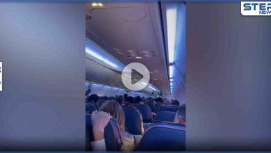 بالفيديو|| تعطل محرك طائرة في كبد السماء.. وعدسة الكاميرا ترصد حالة المسافرين فيها