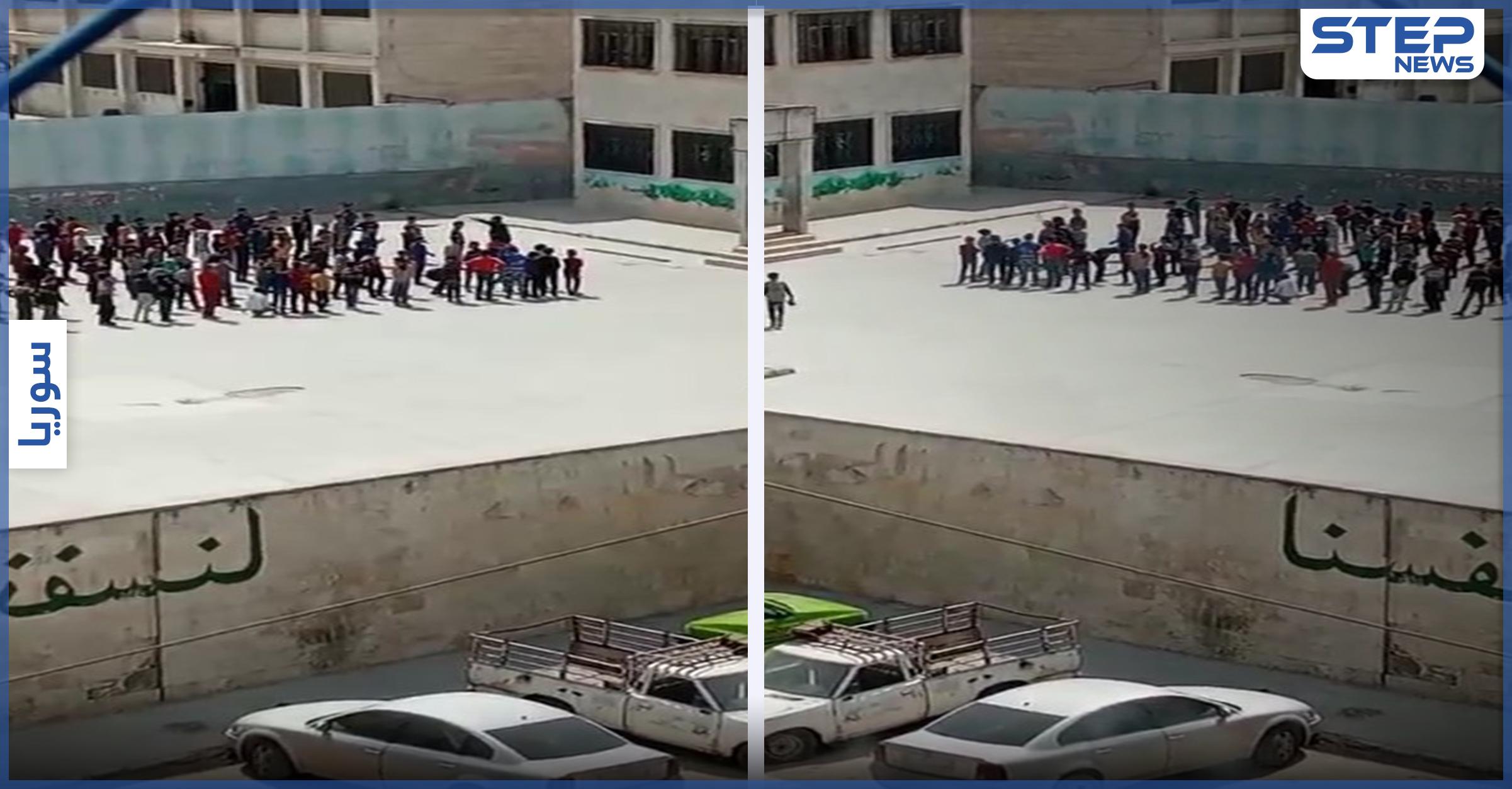 بالفيديو || مدرّس يعتدي بالضرب العنيف على طلابه في إحدى مدارس إدلب.. وإجراءات بحقه