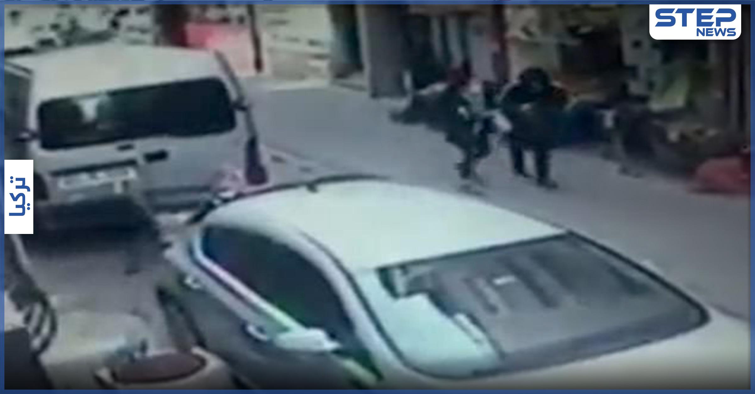 بالفيديو|| تركي يضرب ويطعن زوجته في الشارع عدّة مرات والمارّة يشاهدون ولا يفعلون شيئاً