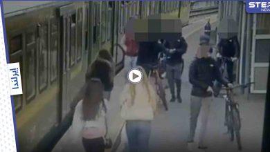 بالفيديو|| شبان يهاجمون عدة فتيات ويرمون إحداهن على سكة القطار بــ إيرلندا ويبصقون على الأخريات