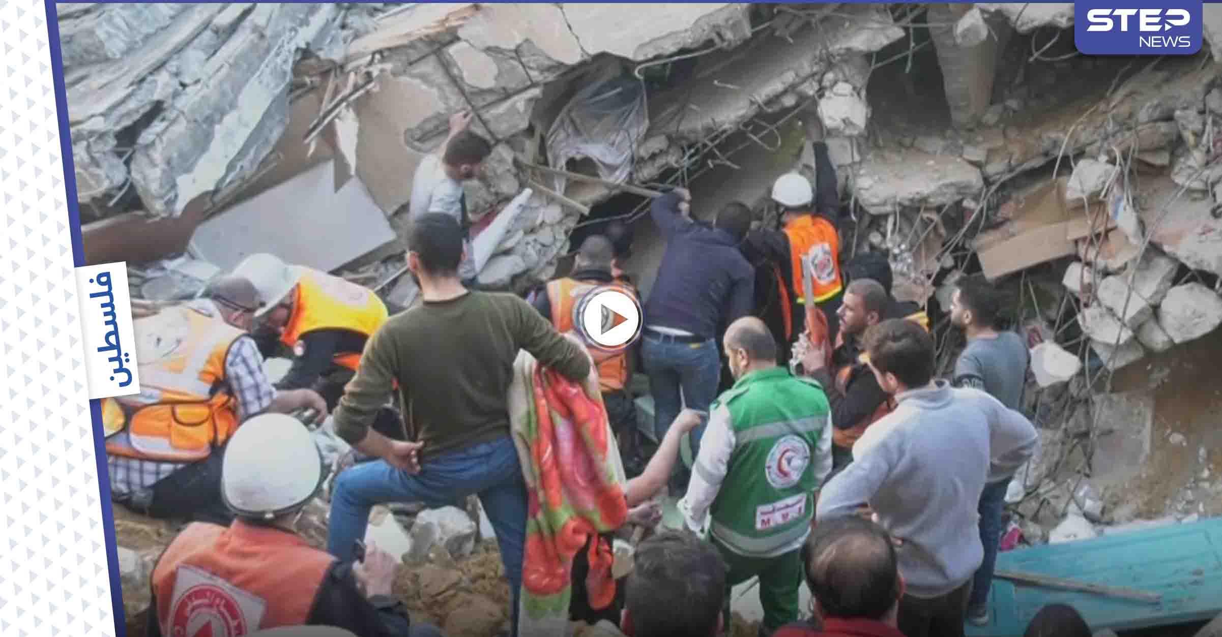 شاهد بالفيديو: لحظة إخراج رجل كبير بالسن على قيد الحياة كان تحت الأنقاض في حي الرمال بغزة