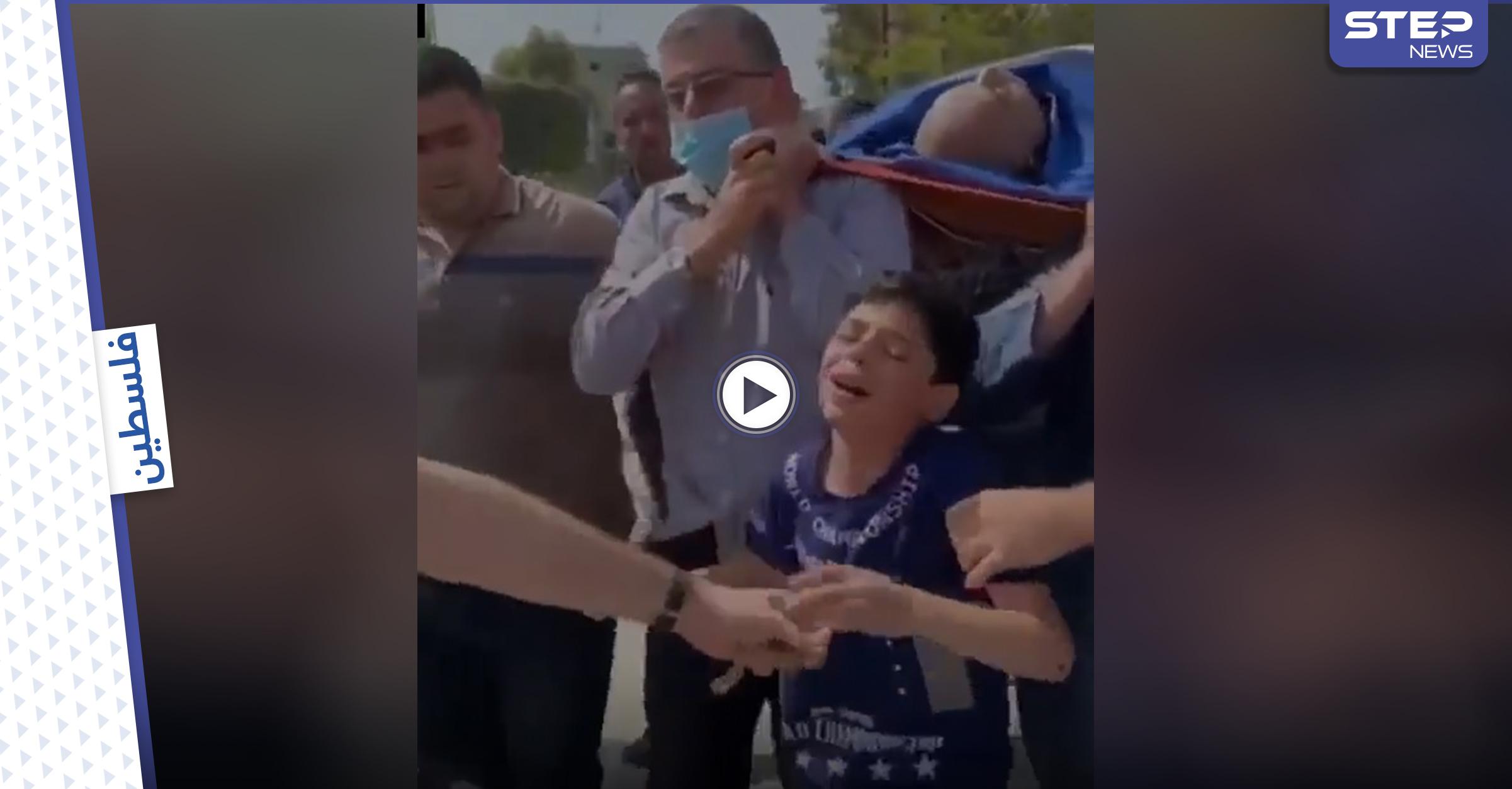 """بالفيديو   بكلمات مؤثرة طفل فلسطيني يودع والده """"الشهيد"""" أثناء تشييعه في غزة"""