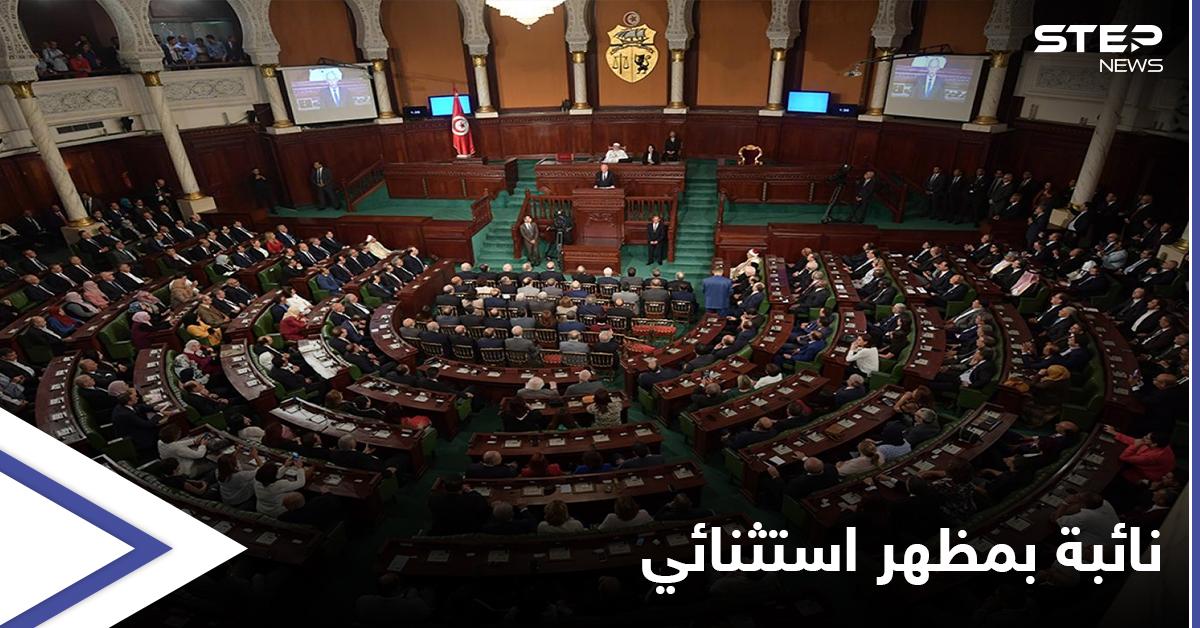 """بخوذة وسترة واقية... تحضر النائبة """"المثيرة للجدل"""" عبير الموسي جلسة البرلمان التونسي"""