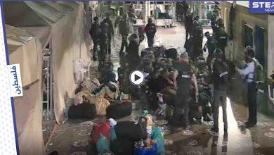 بالفيديو|| فيديو يعرض للمرة الأولى يوثّق اعتداء سجانين إسرائيليين على أسرى فلسطينيين وهم مكبلي الأيدي