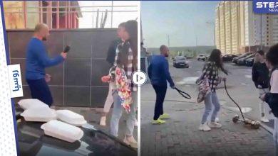 بالفيديو|| شاب غاضب يهاجم 3 فتيات يجلسنّ وسط الطريق لــ شرب النرجيلة ويشبعهنّ ضرباً بحزامه