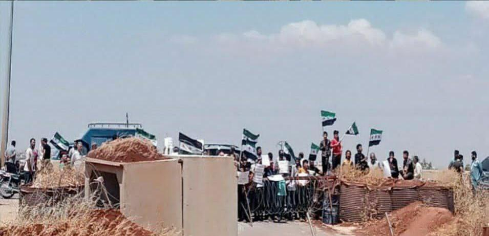 احتجاجات في إدلب على تقاعس تركيا عن حماية المنطقة... وضباط أتراك يكشفون مصير المحافظة القادم