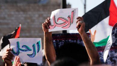 الأمن الفلسطيني يقمع محتجين غاضبين لمقتل الناشط نزار بنات (صور)