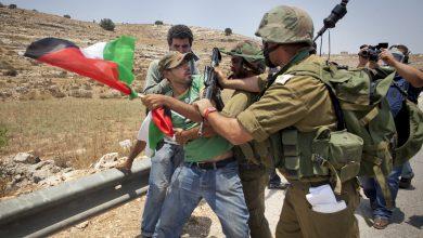 """الشرطة الإسرائيلية تحاول """"إعدام"""" فلسطيني في الضفة الغربية (فيديو)"""