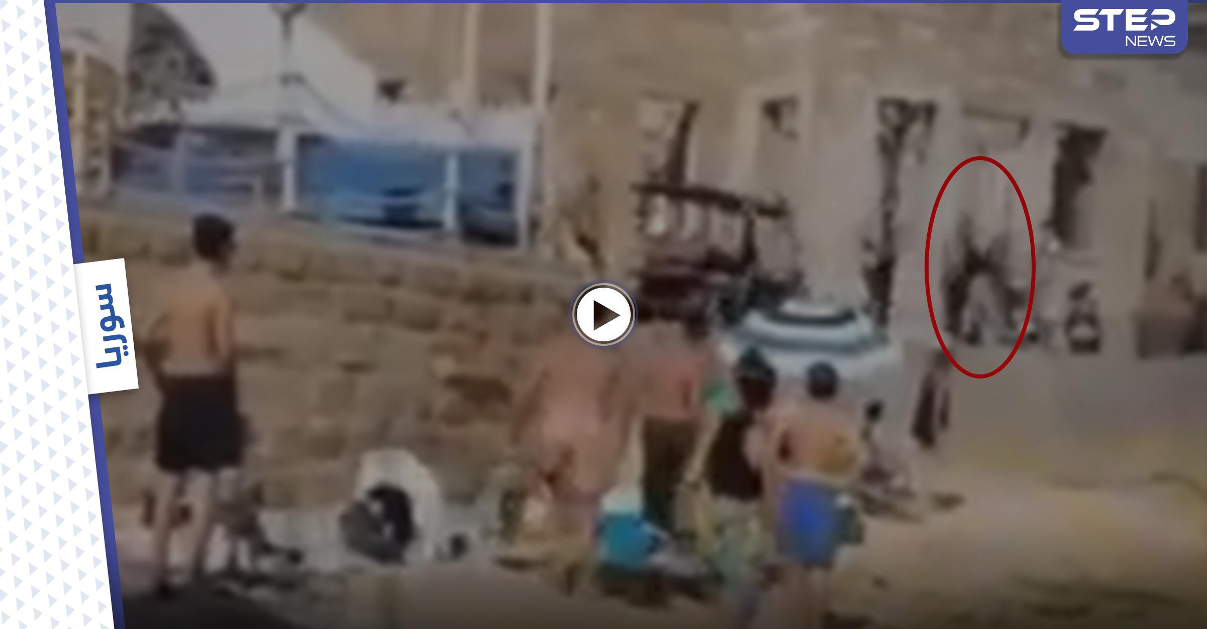 بالفيديو|| مرافقة جبران باسيل يعتدون على امرأة بالضرب ويقومون بتكسير هاتفها واسمه يتصدر الترند