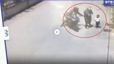 بالفيديو|| سائق دراجة نارية تركي يضايق امرأة ويجرها خلفه وسط الطريق والناس يهرعون لمساعدتها