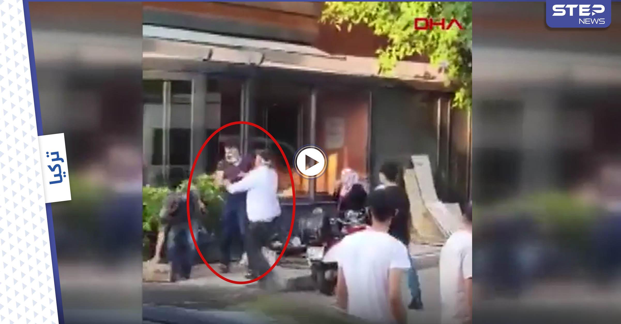 بالفيديو   بسبب الهاتف.. شاب يهين والدته ويضربها وسط الشارع في إسطنبول وردة فعل المارة