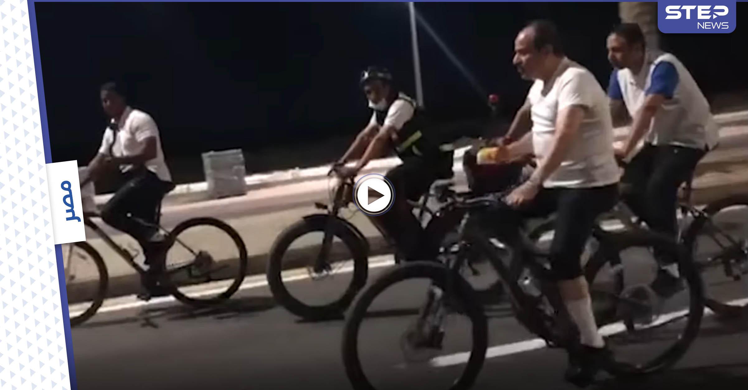 بالفيديو|| السيسي يتجول فجراً على دراجة هوائية ويمازح مجنداً من حراسه