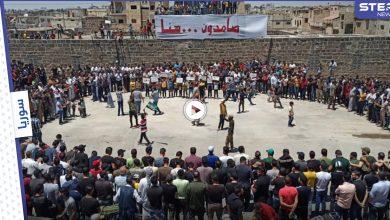 بالفيديو|| درعا تنتفض بوجه الحصار الروسي المطبق عليها.. مظاهرات تعمُّ درعا البلد وريفها الغربي
