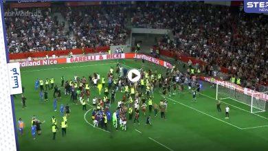 بالفيديو   إيقاف مباراة في الدوري الفرنسي بعد اقتحام الجماهير لأرض الملعب والهجوم على اللاعبين