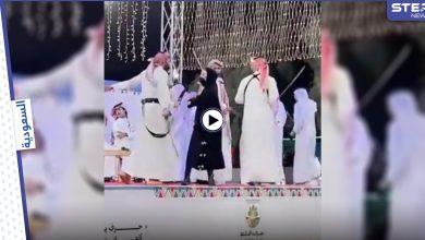 بالفيديو|| لحظة طرد فتاة اقتحمت مسرحاً في الباحة السعودية لأداء رقصة العرضة الشعبية مع الرجال