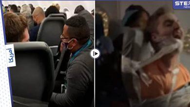 بالفيديو|| لحظة تقييد مسافر ثمل بمقعده في الطائرة بسبب هجومه على مضيفة