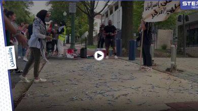 بالفيديو   تضامناً مع أسرى نفق الحرية ناشطون يرشقون السفارة الإسرائيلية في واشنطن بمئات المعالق