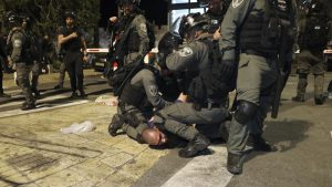 الشرطة الإسرائيلية تلقي القبض على شاب متذرّعةً بتهديده المارّة في تل أبيب بسلاحٍ ناري (فيديو)
