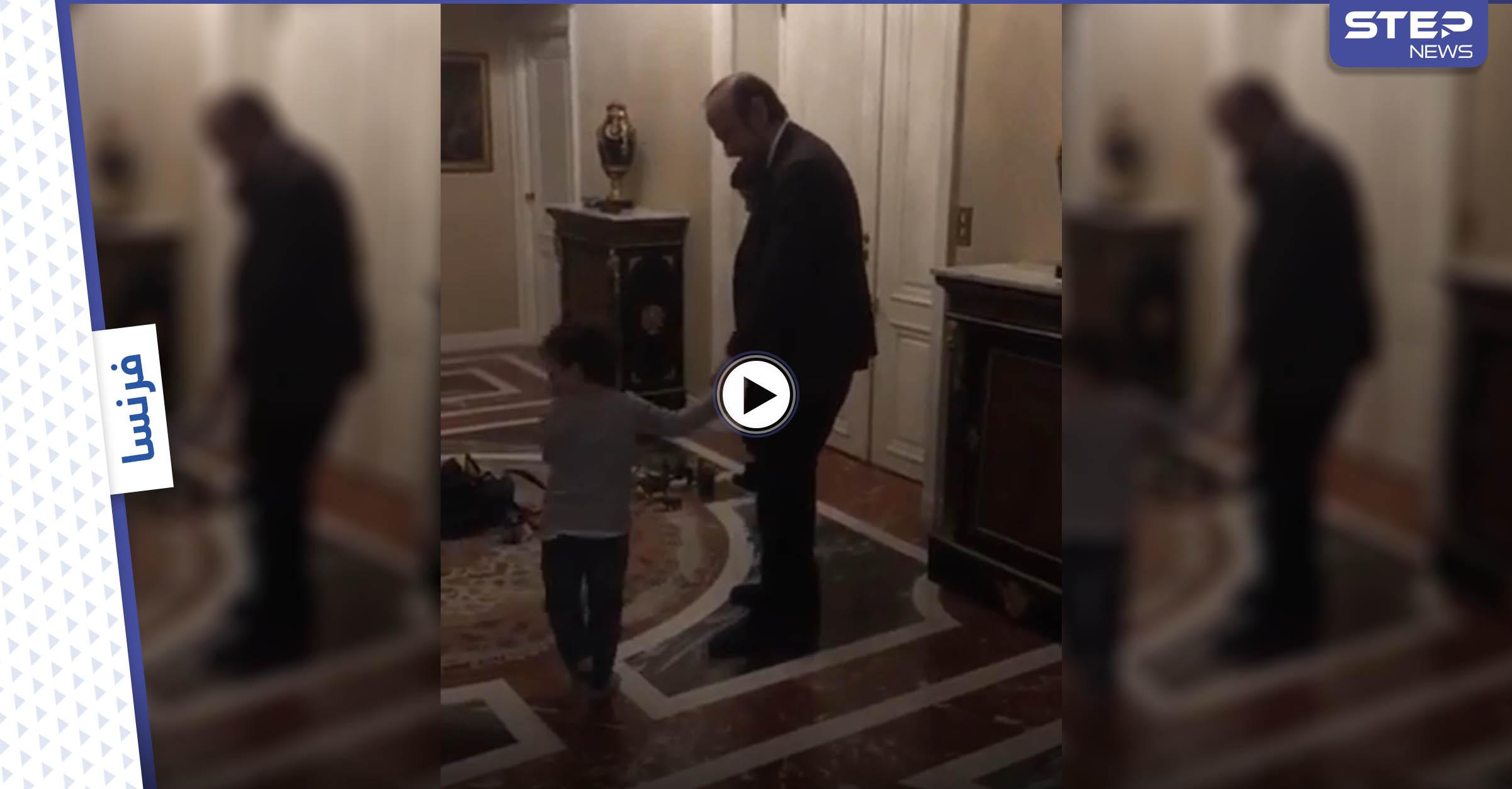 بالفيديو || عقب الحكم عليه بالسجن.. رفعت الأسد يرقص مع أحفاده في فرنسا