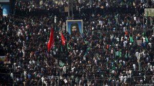 بالفيديو  إيرانيون يحاولون اقتحام معبرٍ حدودي مع العراق.. الحشد الشعبي يؤمن لهم الطريق والحكومة تتحرك