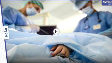 لحظة مروعة لأطباء جراحة وهم يرقصون ويغنون أثناء إدخال أنبوب فولاذي ببطن مريض فاقد للوعي (فيديو وصور)