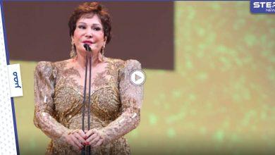 بالفيديو || لبلبة تسقط على المسرح بعد بكائها أمام الحضور في افتتاح مهرجان الجونة وجدال بين المتابعين الشامتين والمدافعين عنها