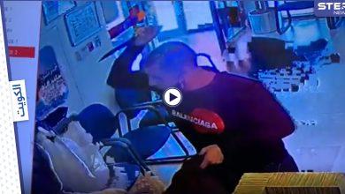 بالفيديو|| ملثم يقتحم بنك في الكويت ويطعن حارس الأمن ويسرق أكثر من 100 ألف دولار وإدارة البنك تتخذ إجراءً مستعجلاً