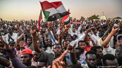 بالفيديو || آلاف السودانيين يجوبون شوارع الخرطوم مُطالبين بحكم مدني في البلاد